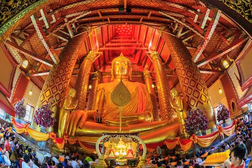 Figura Buddy wewnątrz świątyni Wat Choeng w Ayutthaya