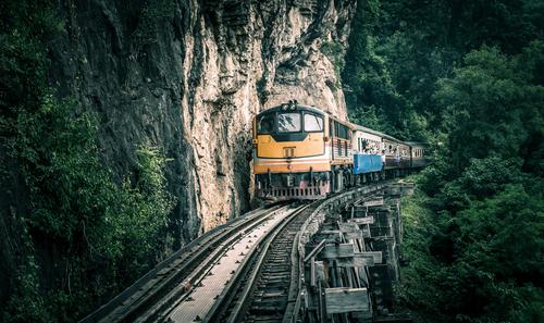 Pociąg przejeżdzający najbardziej widowokowym odcinkiem Kolei Śmierci