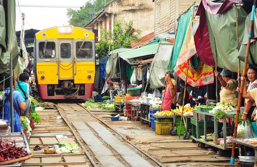 pociąg wjeżdzający na targ