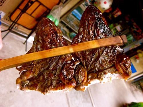Duże żaby przygotowane do jedzenia