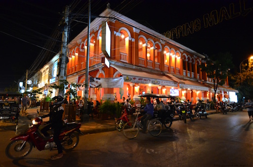 Ulica Street Pub w Siem Reap nocą pierwszego dnia zwiedzania Kambodży