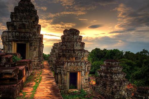 Zachód słońca nad Phnom Bakheng w Kambodży