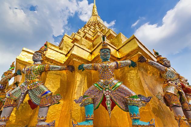 Błękitne niebo nad Wielkim Pałacem Królewskim w Bangkoku
