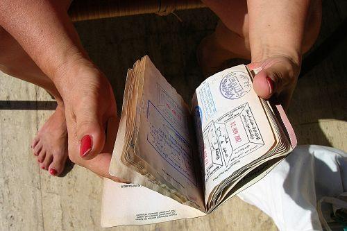 otwarty paszport z wizą do tajlandii